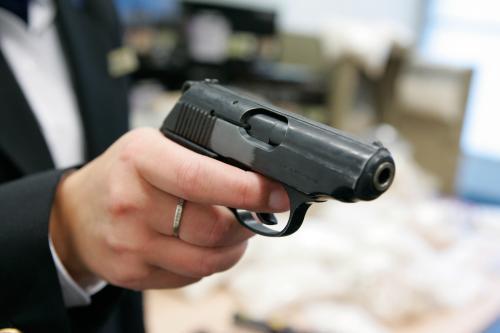 Tiener gearresteerd na foto pistool Hyves